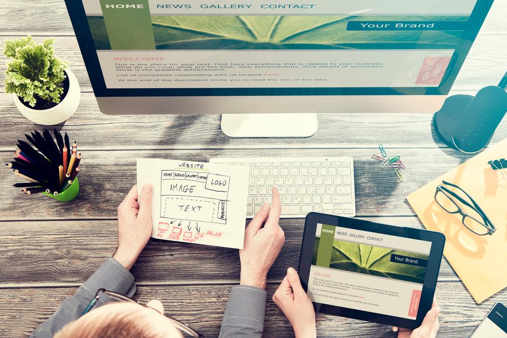 Webdesign: Menschen sitzen vor Bildschirm und Planen eine Webseite